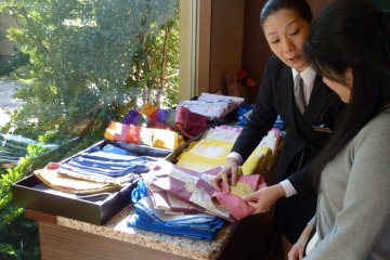 <p>The staff will help you choose your yukata and obi, and will even arrange it for you!</p>