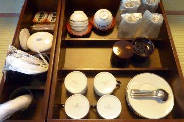 <p>进了房后,茶和咖啡就在那里等着大家了,还有一些日式小甜点呢</p>