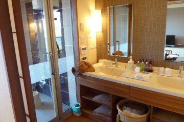 <p>卫生间拥有2个水槽,和一个大型淋浴直接通往阳台的私人露天浴</p>