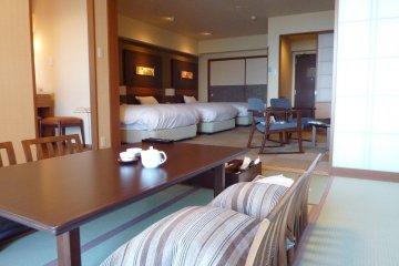 <p>房间被分为两个空间,一个用来睡觉休憩,一个用来放松</p>