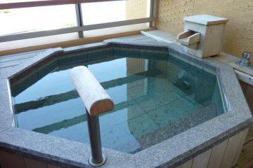 <p>在私人阳台上享受温泉浴,真是相当惬意</p>