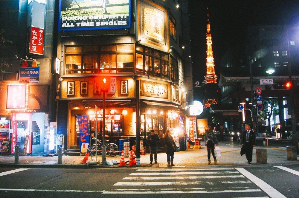 Di kawasan ini banyak restoran dan dapat terlihat pemandangan Tokyo Tower di belakangnya