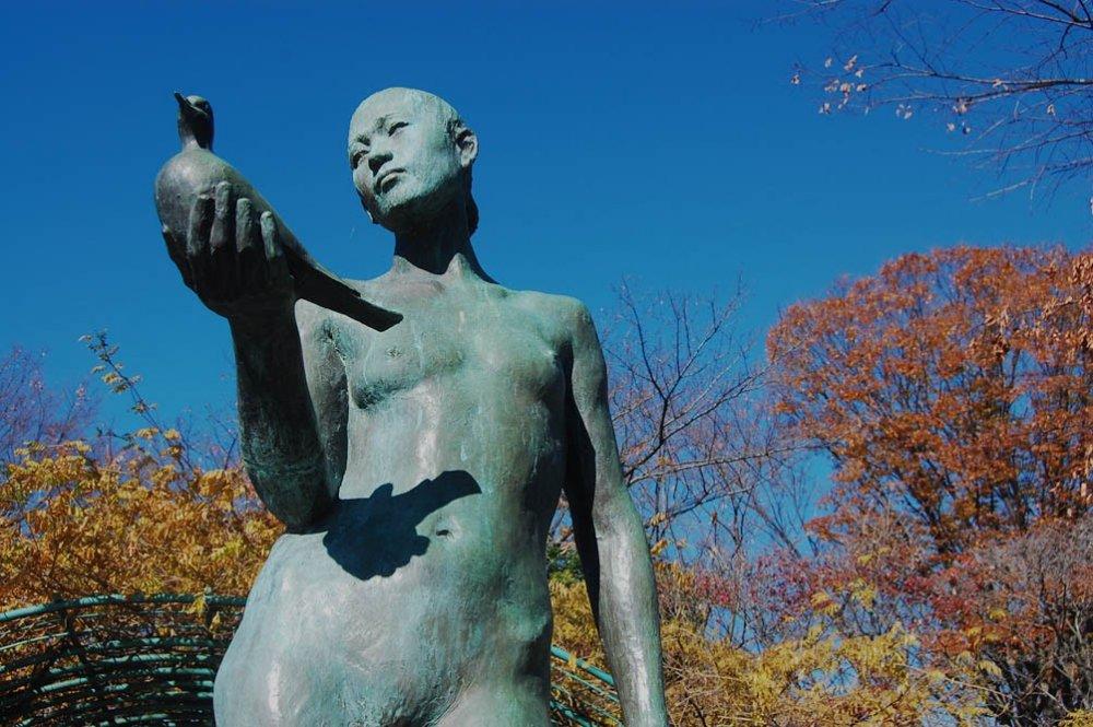 Salah satu karya seni, patung seorang wanita yang sedang memegang burung dara diTaman Ekinishiguchi.
