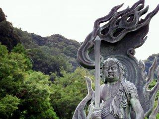 산림이 있는 후도묘오 동상