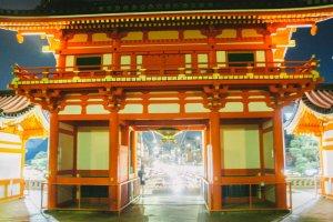 Pintu gerbang yang berwarna merah khas kuil Shinto ini berdiri dengan gagah di depan kuil