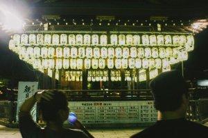 Lampion-lampion yang digantung ini menghiasi pemandangan malam Yasaka-jinja