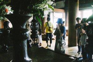 Pengunjung yang berdoa di aula utama Kiyomizu-dera
