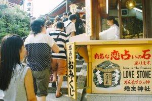 Para pengunjung mengantre untuk masuk keJishu-jinja, mencari batu cinta.