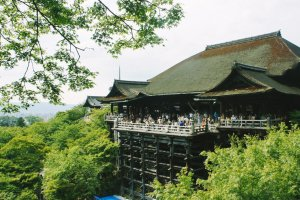 Terlihat beranda aula utama Kiyomizu-dera yang ditopang oleh pilar-pilar. Kuil ini terlihat seperti menggantung di tepian tebing.