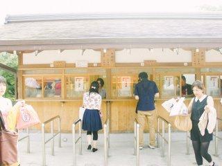 Loket pembelian tiket, setiap pengunjung dikenakan¥300.