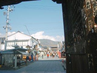Selamat datang di Zenko-ji, sebelum memasuki aula utama Anda akan melewati kawasan pertokoan ini.