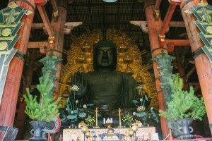 Patung Buddha yang sangat besar ini tersimpan di Daibutsu-den