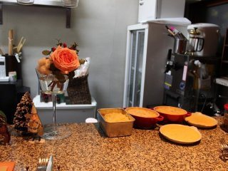 小さな店内で、厨房も当然狭いのだが、調理道具はとても合理的に配置されている
