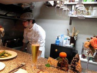 この小さなオープンキッチンから前田氏は次々と見事なディッシュを紡ぎだす