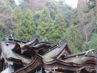 屋根が幾重にも重なって重厚な作りである。国の重要文化財に指定されている
