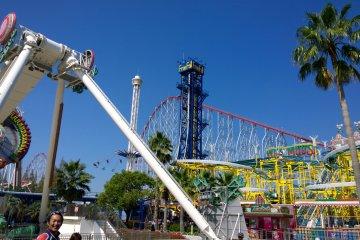 <p>มุมหนึ่งของโซนสวนสนุก Nagashima Spaland ที่เต็มไปด้วยเครื่องเล่นหลากชนิดหลายสีสัน</p>
