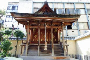 1998년 시바타 신사와 여우 신사가 재건되면서 새로 건립된 삼자매 신사 정면