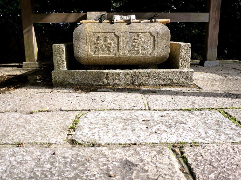물통 정면에 칸지로 새겨진 글이있다.