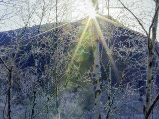 산 정상을 비추는 햇빛