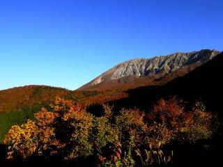 鍵掛峠より、日の出直後30分の大山と紅葉