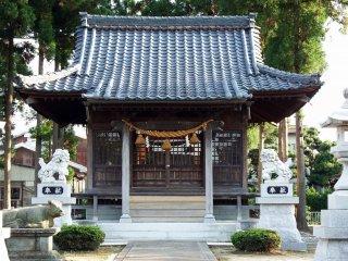二体の獅子像が護る拝殿
