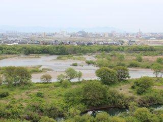 新緑が萌え出た5月の九頭竜川。桜鱒を釣りに全国からファンが訪れる