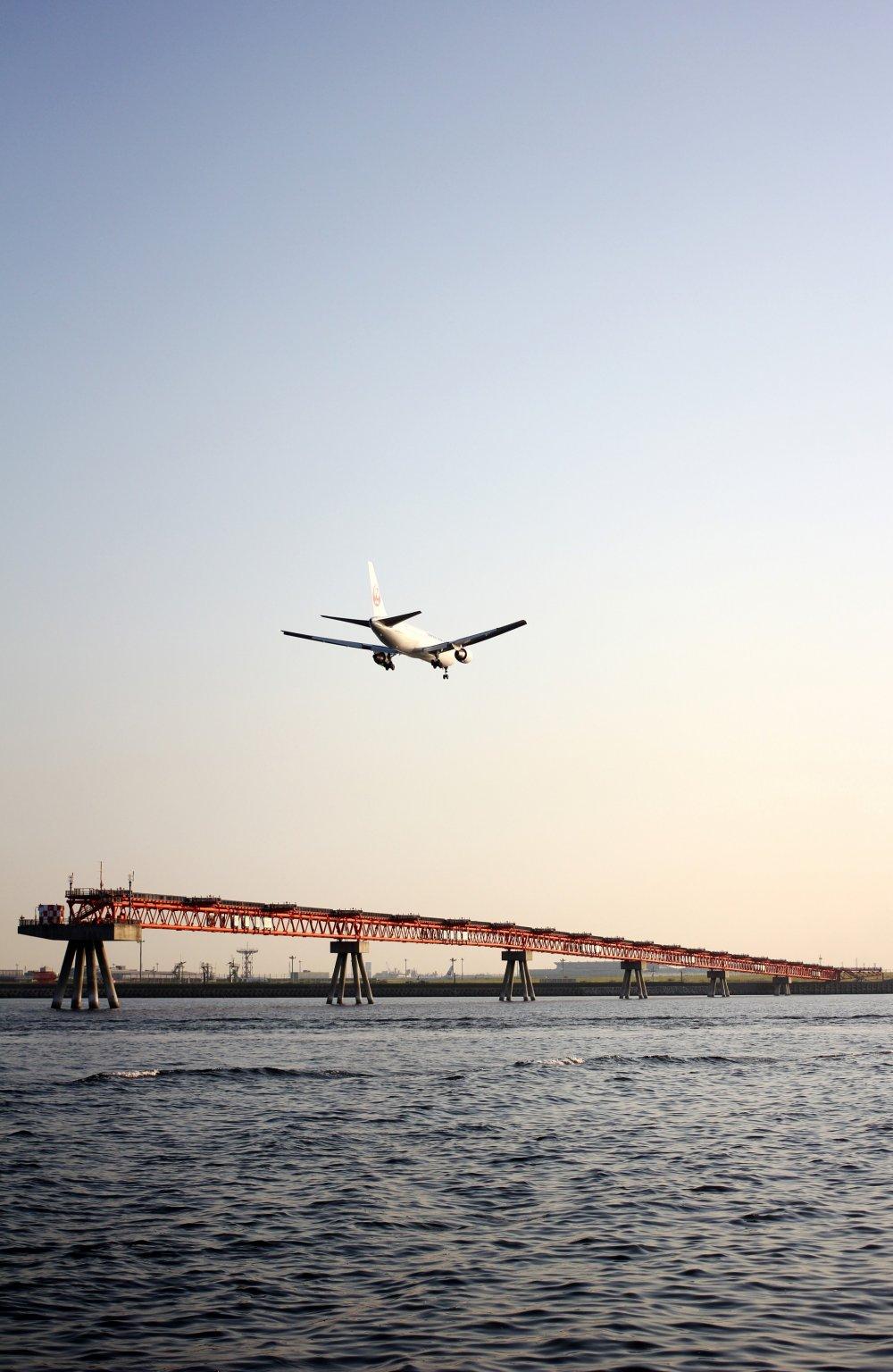 Chiếc máy bay này đã sẵn sàng hạ cánh tại sân bay Haneda, có thể là một vài phút để đến được dải đất tại sân bay ở phía bên kia của vịnh.
