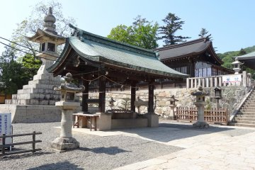 <p>The shrine&rsquo;s temizu house with one of the large lanterns and some normal size lanterns</p>