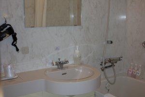 ห้องน้ำภายในห้องนั้่นสะอาดสะอ้าน มีสิ่งอำนวยความสะดวกตลอดจนผลิตภัณฑ์ทำความสะอาดไว้บริการครบครัน