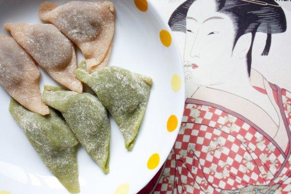 นามะยัทสึฮาชิ (Nama Yatsuhashi) ขนมตำรับท้องถิ่นดั้งเดิมอันเป็นของฝากยอดนิยมจากเกียวโต ซึ่งตำรับนี้เป็นตำรับไม่ผ่านการอบ จึงเป็นขนมที่เหนียวนุ่มหนึบนับ แผ่นแป้งบางนุ่มนั้นทำมาจากข้าวญี่ปุ่นพันธุ์ดีที่เหนียวกำลังเหมาะซึ่งจะถูกใส่วัตถุดิบต่างๆ ปรุงเป็นรสชาติหลากหลาย (รสต้นตำรับจริงๆ คือรสอบเชย (Cinnamon)) แป้งนั้นจะห่อไส้ถั่วแดงกวน เป็นขนมหวานที่เหมาะกับการทานเล่นหรือจิบกับชาร้อนอย่างยิ่ง