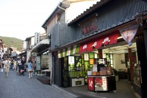 บรรยากาศหน้าร้านโอตาเบะ (Otabe) สาขาคิโยมิซึ (Kiyomizu) อันเป็นหนึ่งในสาขายอดนิยมที่ทุกคนแวะมาซื้อของฝากติดไม้ติดมือกลับบ้าน