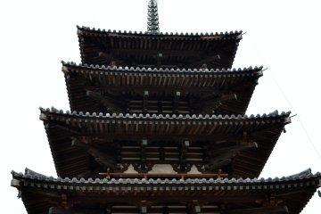 <p>호류지에 있는 일본에서 제일 오래된 5층 목재 탑</p>