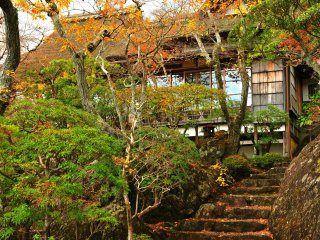 Japanese Garden 'Sekiraku-en' is also open to the public only in November. This garden is landscaped in a Japanese traditional way by 'borrowing scenery'