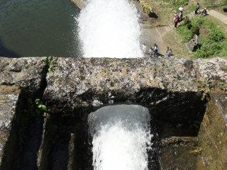 Bạn có thể đứng ở đỉnh cầu để ngắm nhìn khung cảnh