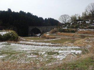 Lối đi này uốn qua một cánh đồng gần cây cầu. Bạn có thể đi trên con đường này vào bất cứ mùa nào trong năm