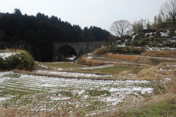 <p>There is a path that winds through the rice paddies near the bridge, walkable in any season</p>