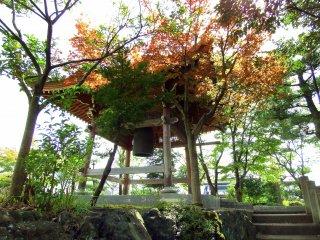 色付き始めた紅葉の中に佇む鐘楼
