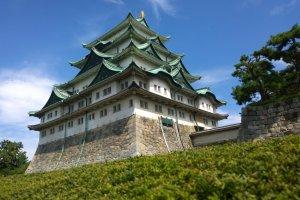 ปราสาทนาโกย่า (Nagoya Castle) ในช่วงปลายฝนต้นฤดูใบไม้ร่วงนั้นเป็นอีกช่วงที่เราจะเห็นความงดงามของปราสาทแห่งนี้ท่ามกลางความเขียวขจีก่อนที่ใบไม้จะเปลี่ยนเป็นสีแดงส้มอย่างงดงาม ฐานหินที่แข็งแกร่งยิ่งใหญ่นั้นเป็นรากฐานสำคัญของปราสาทแห่งนี้ ซึ่งนี่คือรากฐานเก่าแก่ดั้งเดิมของปราสาทที่ยังคงแข็งแกร่งมาจนถึงปัจจุบัน
