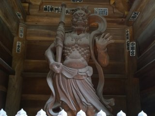 Un des gardes à l'entrée du temple