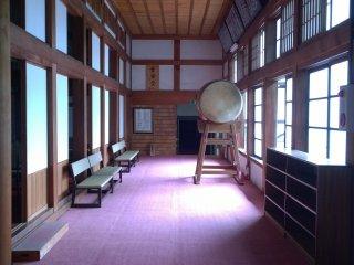 Le couloir d'entrée du temple, le tambour (taiko) est là pour annoncer l'heure de la méditation