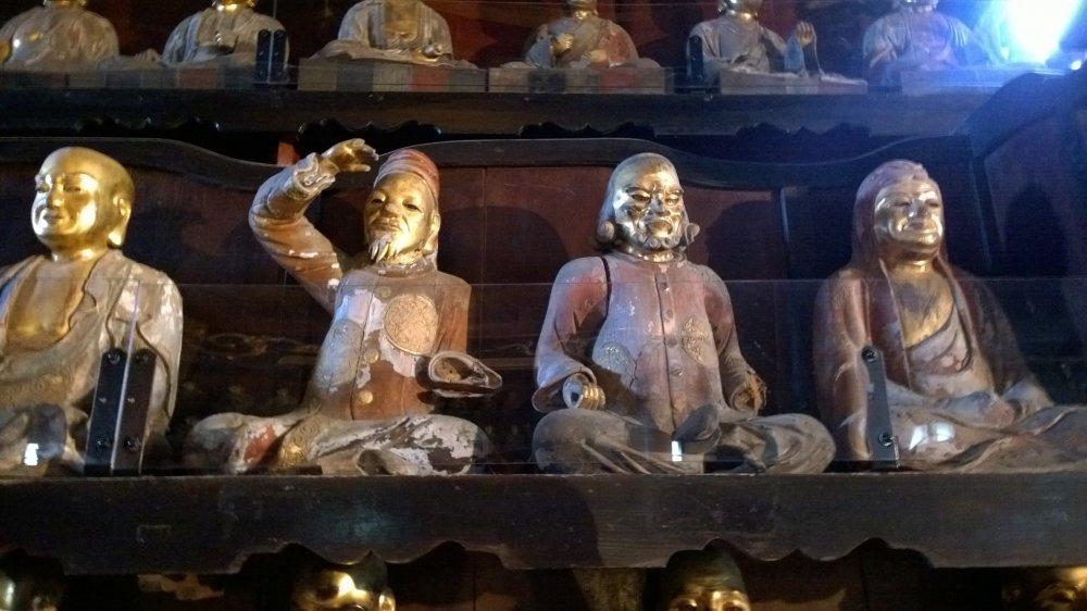 Parmis les disciples, on peut trouver Marco Polo, Kublai Khan et d'autres personnages historiques