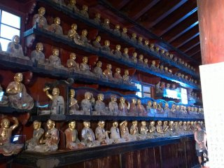 Quelques uns des 500 disciples de Bouddha. Quand on visite le temple, ce que l'on doit faire est de trouver un disciple qui nous ressemble