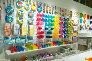ผลิตภัณฑ์หลากหลายดีไซน์ สินค้าหลากหลายสีสัน เรียงรายอย่างมีชีวิตชีวา ซึ่งการจัดร้านให้สวยเก๋น่าช้อปนี้เป็นหัวใจหนึ่งของ ASOKO เลยทีเดียว