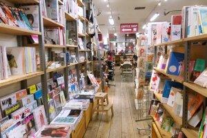 ขึ้นชื่อว่าร้านหนังสือก็ต้องขายหนังสือเป็นหลัก แต่การจัดชั้นตลอดจนขายหนังสือนั้นให้บรรยากาศที่แตกต่างจากร้านหนังสือปกติทั่วไป บรรยากาศดีๆ เก๋ๆ นั้นทำให้เราอยากยืนอ่านและอยากซื้อหนังสือได้ดีเชียวล่ะ