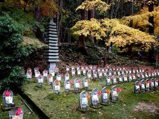 Một ngôi chùa đá nhìn ra khu đất trống toàn Ojizo