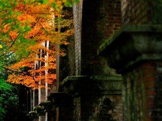 Тоннель канала из красного кирпича у входа в храм Нанзендзи привносит иностранные поветрия в это во всех отношениях японское место