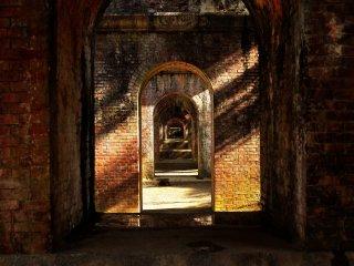 Последовательные арки тоннеля канала: популярная точка съемки для фотографов!