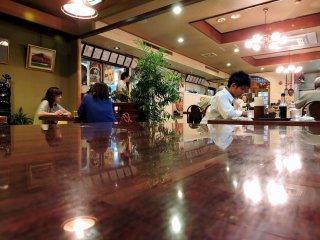 유럽 켄 내부: 다다미 바닥에 의자와 테이블이 있는 서쪽 테이블