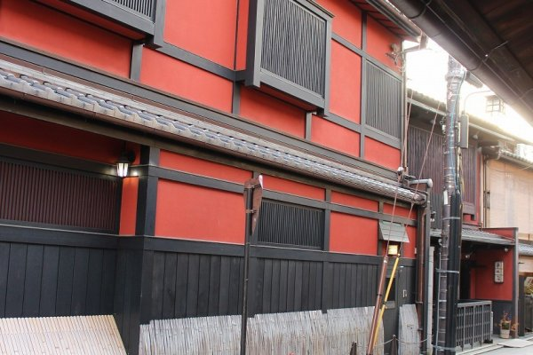 On the south side of the Gion district is the famous tea house Ichiriki (一力)