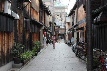 <p>Tourists wearing kimono enjoy a neighborhood stroll&nbsp;</p>